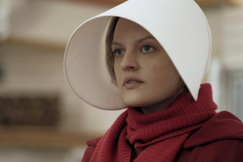 1535738-elisabeth-moss-offred-the-handmaids